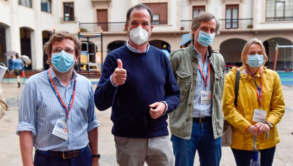 Martínez-Almeida acompaña a Carlos Iturgaiz a votar en Euskadi