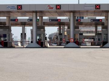 Control de billetes de pasajeros en el puerto de Algeciras (Cádiz) con rumbo a Tánger que se encuentra cerrado.