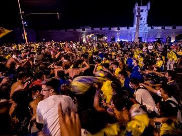 Pese a los llamamientos a la prudencia y la responsabilidad, cientos de aficionados cadistas han querido celebrar la subida a Primera División de su equipo en la fuente de las Puertas de Tierra