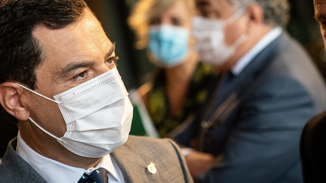 El presidente de Andalucía, Juanma Moreno, con mascarilla
