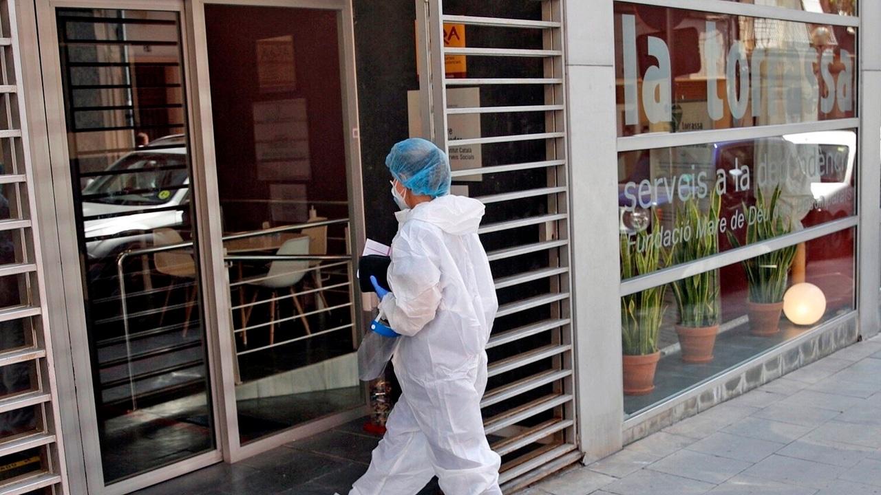 Una sanitaria entra en la residencia geriátrica del barrio de La Torrassa en L'Hospitalet