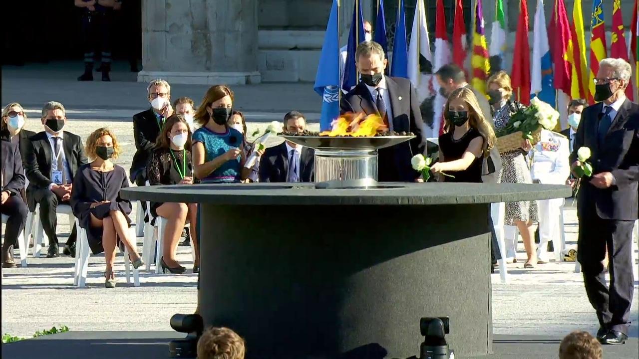 El rey y la princesa Leonor depositan una rosa en el pebetero en homenaje a las víctimas