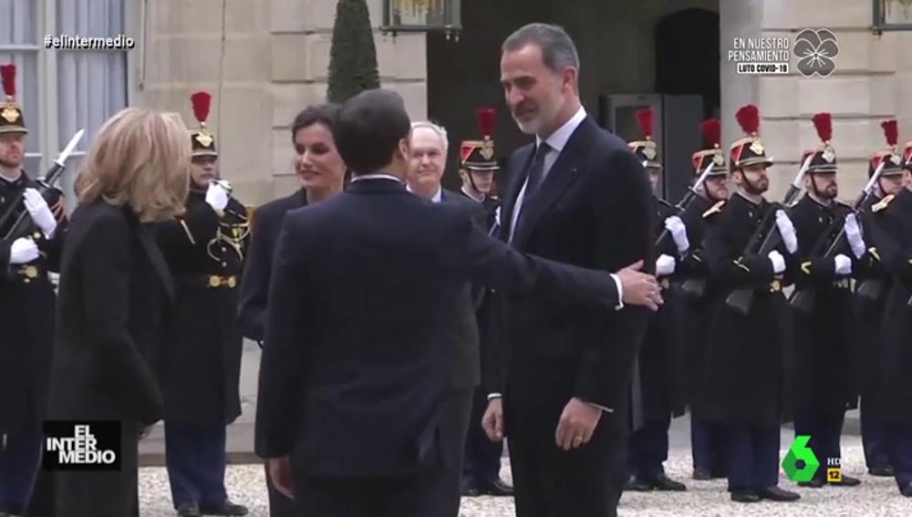 """Vídeo manipulado - El inesperado grito del rey Felipe cuando Macron le da en el brazo: """"¡No me toques, mierda!"""""""