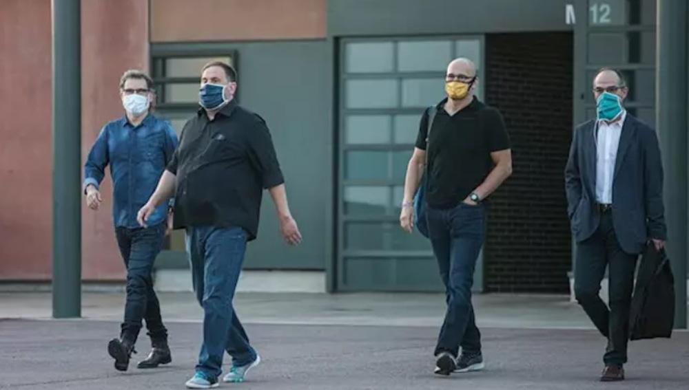 Jordi Cuixat, Oriol Junqueras, Raül Romeva y Jordi Turull saliendo de prisión