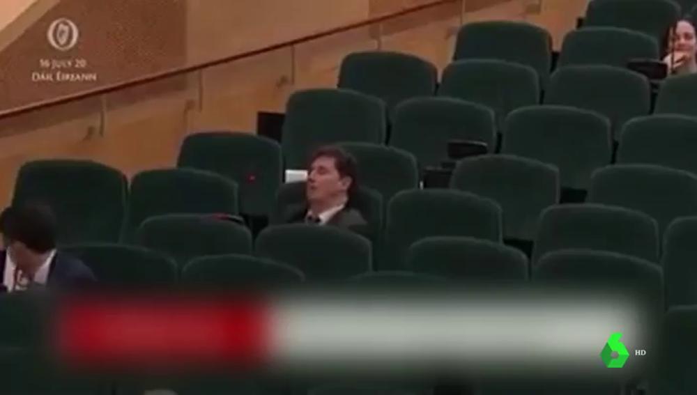 Surrealista momento en Irlanda: despiertan dos veces a un ministro que se quedó dormido en plena sesión