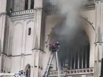 Los bomberos logran controlar el incendio en la catedral de Nantes, Francia