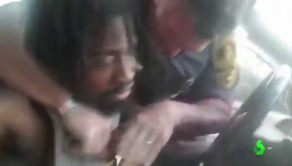Imagen de un policía sacando del coche a un joven negro en Virginia
