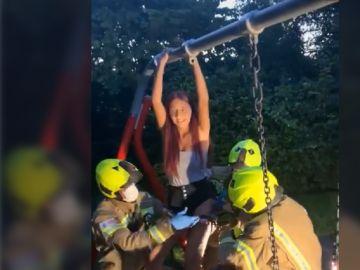 Imagen de la joven que tuvo que ser rescatada por unos bomberos en Reino Unido