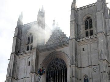 Imagen momentos después del incendio en la catedral San Pedro y San Pablo