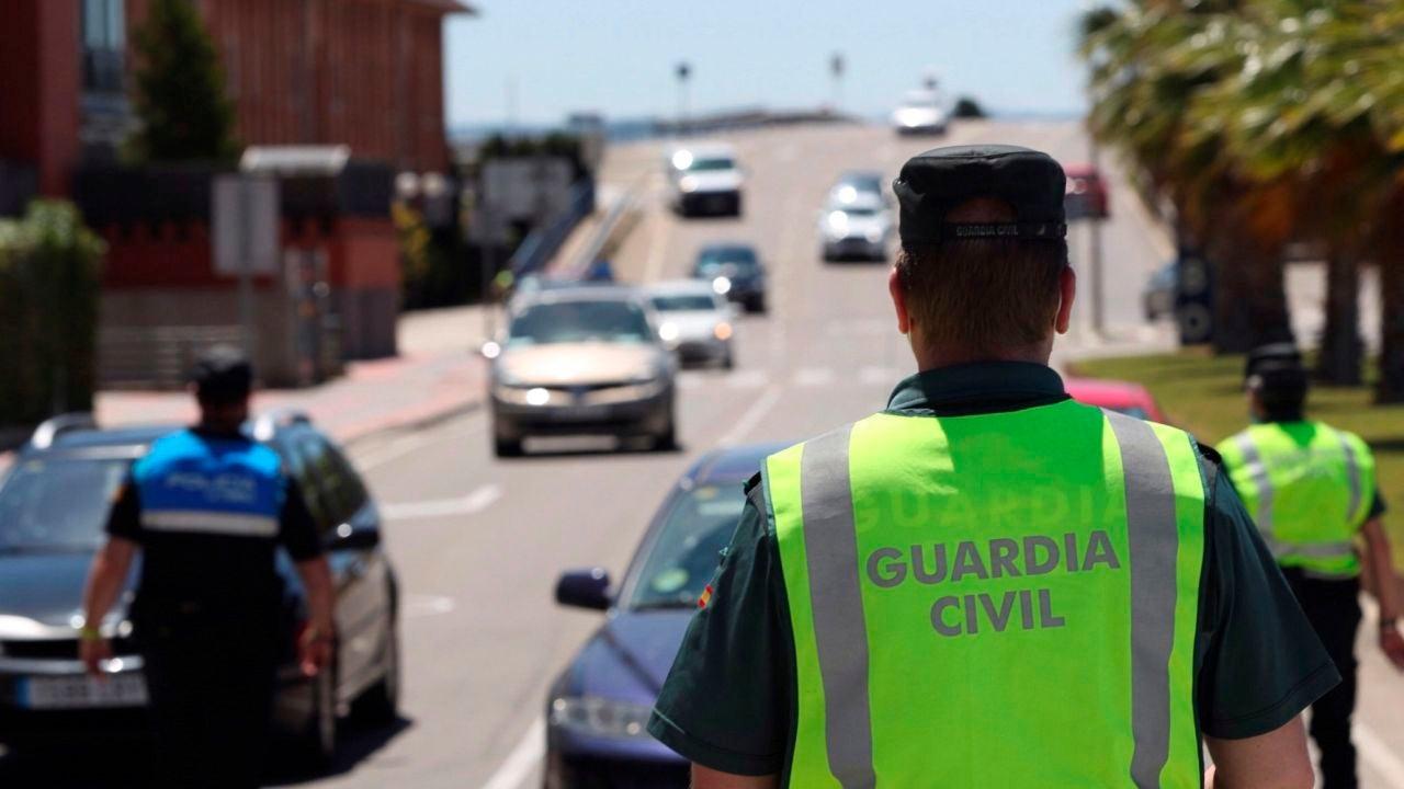 Un agente de la Guardia Civil, en un control de tráfico