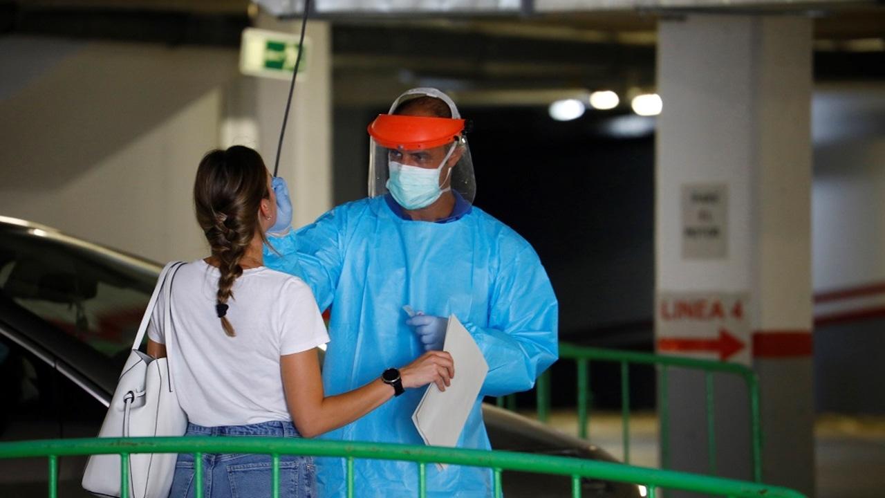 Imagen de un sanitario haciendo una prueba PCR a una joven que acudió a la fiesta de Córdoba
