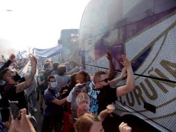 Cientos de aficionados reciben a los jugadores del Deportivo a su llegada al estadio de Riazor