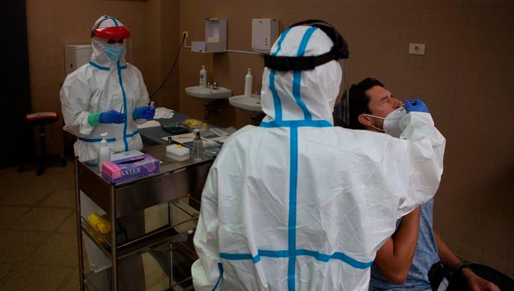 Sanitarios realizan un test de coronavirus.