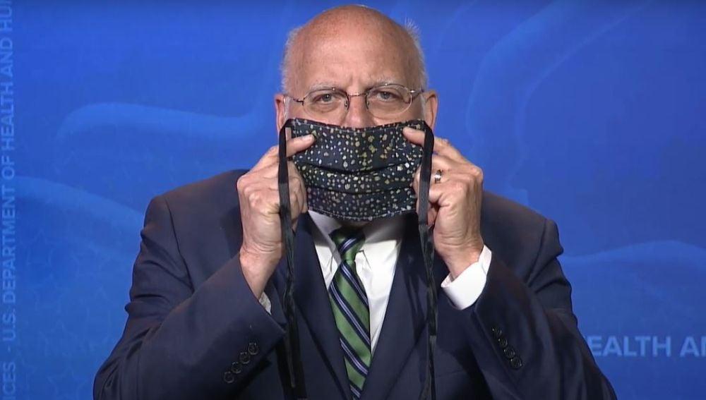 El director de los CDC, Robert Redfield, demostrando cómo ponerse la mascarilla