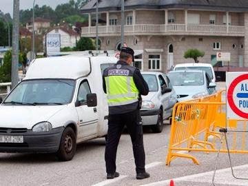 Miembros de la Policía, durante un control en carretera