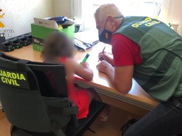 El agente Miguel Ángel Sáez, junto a la niña rescatada