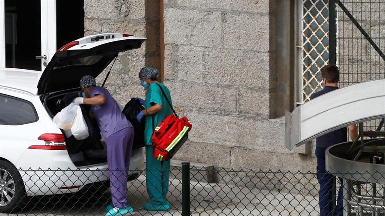 Sanitarios ante el hotel donde está aislado el Fuenlabrada