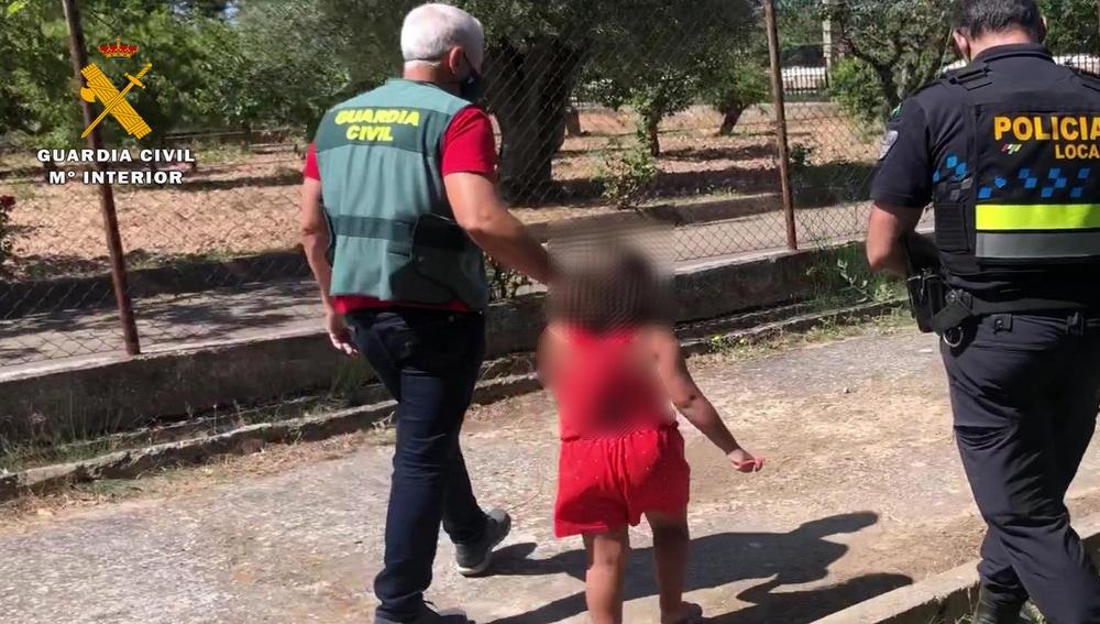 Los agentes lograron tranquilizar a la pequeña que acabó narrando cómo fue abandonada en la carretera