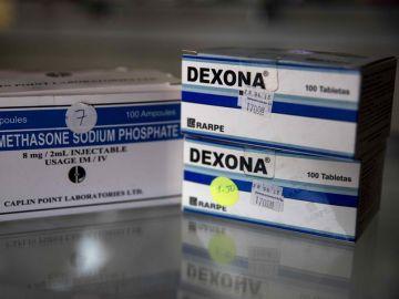 Vista de cajas de dexametasona en pastillas y ampollas en una farmacia.