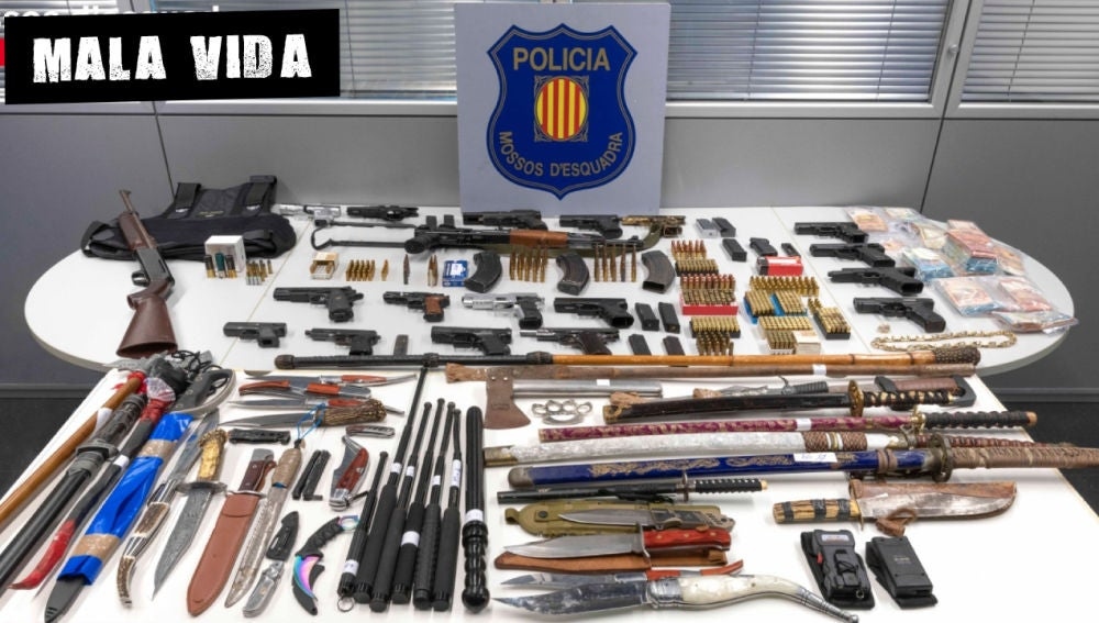Material incautado por los Mossos d'Esquadra en una operación en la que han desarticulado un peligroso clan familiar instalado en el barrio de La Mina de Sant Adrià de Besòs (Barcelona)