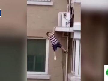 El impactante vídeo en el que un hombre salva la vida de un niño al cogerlo en el aire tras caerse de un quinto piso