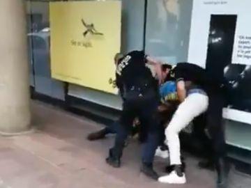Imágenes de la agresión de tres policías a un hombre por no utilizar la mascarilla en Cassá de la Selva (Girona)