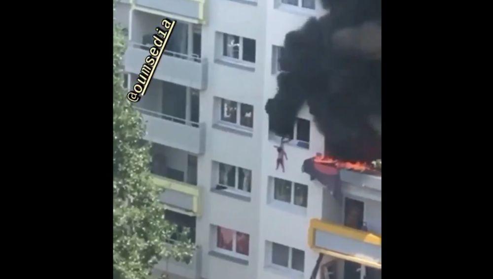 Imagen del momento en el que el hermano mayor cuelga de la ventana al pequeño para que lo cojan los vecinos