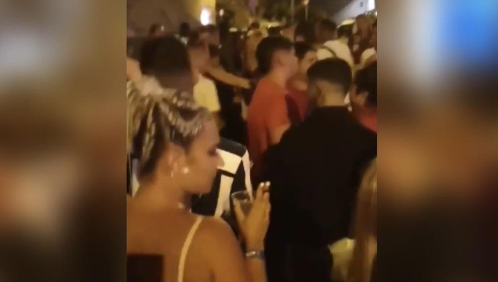 Los jóvenes que participaron en la fiesta en plena calle difundieron varios vídeos en las redes sociales.