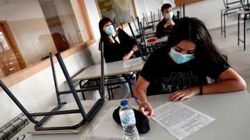 Varios estudiantes en un aula.