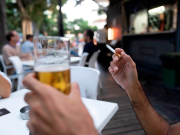 Una persona fuma en la terraza de en un bar de Santa Cruz de Tenerife