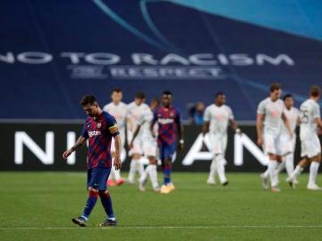 Leo Messi, cabizbajo mientras el Bayern celebra un gol