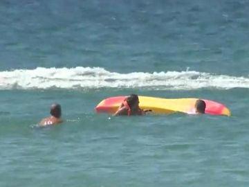 Momento en el que el presidente de Portugal acude a socorrer a las bañistas