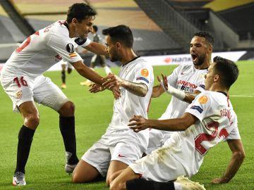 Jesús Navas celebra un gol con sus compañeros