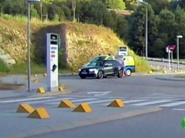 Un conductor golpea con puñetazos y patadas a un técnico de ambulancia y posteriormente le persigue con el coche