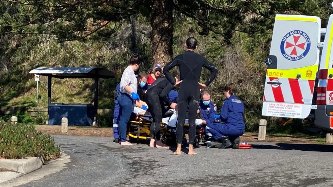 Los servicios de emergencias atienden a la mujer atacada por un tiburón