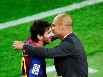 Lionel Messi se abraza a Pep Guardiola