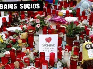 Flores, velas y mensajes de apoyo sepultaban el mosaico de Miró en Las Ramblas de Barcelona tras los atentados. 2017