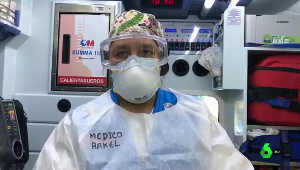Raquel R. Merlo, médico del SUMMA 112, enfundada en el EPI para trabajar.