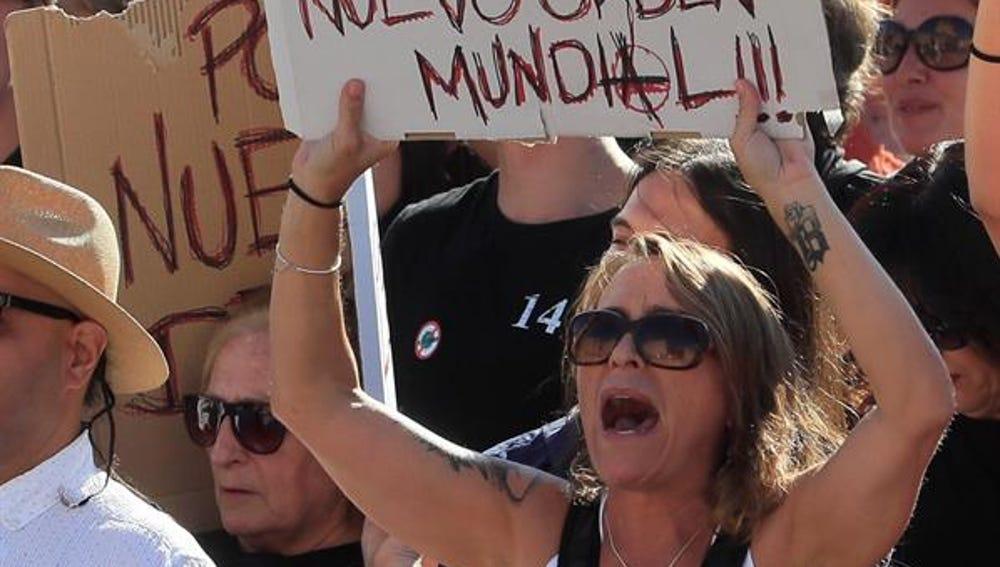 -Asistentes a la manifestación en la Plaza de Colón