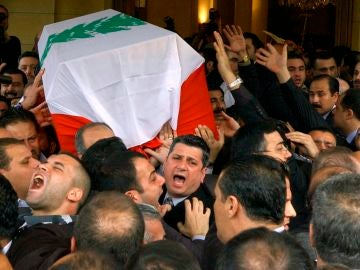 El ataúd cubierto con la bandera libanesa de Rafiq Hariri