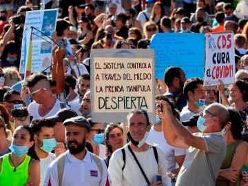 Asistentes a la manifestación en la Plaza de Colón