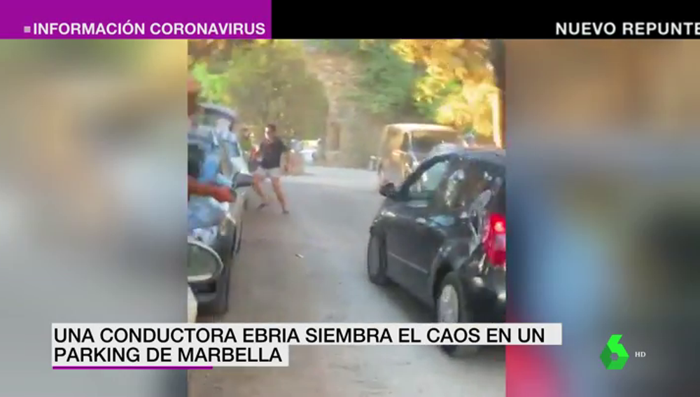 El momento en el que una conductora ebria siembra el caos en un aparcamiento de Marbella