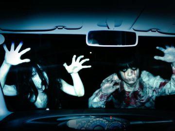 Actores y usuarios se acercan pero siempre a través de las ventanas del vehículo.