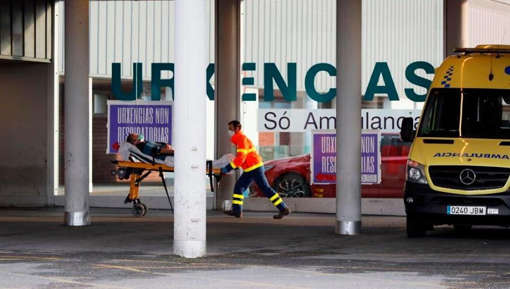 Una ambulancia llega con un enfermo a las urgencias de un Hospital.