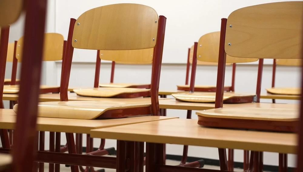 Imagen de archivo de mesas y sillas de un colegio