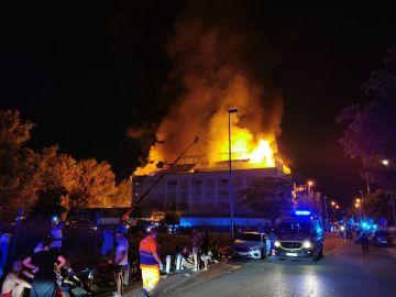 Los bomberos trabajando en el hotel para lograr extinguir las llamas