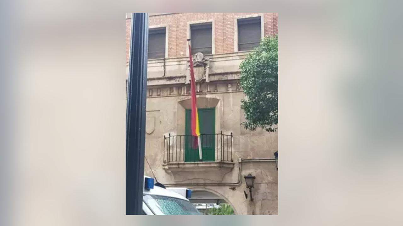 Imagen de un cuartel de la Guardia Civil con el emblema franquista