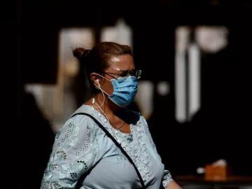 Imagen de archivo de una mujer con mascarilla