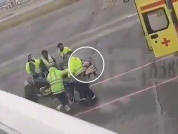 Alexéi Navalni tras ser evacuado del avión