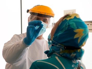 Un enfermero de urgencias del 061 se prepara para realizar los test PCR